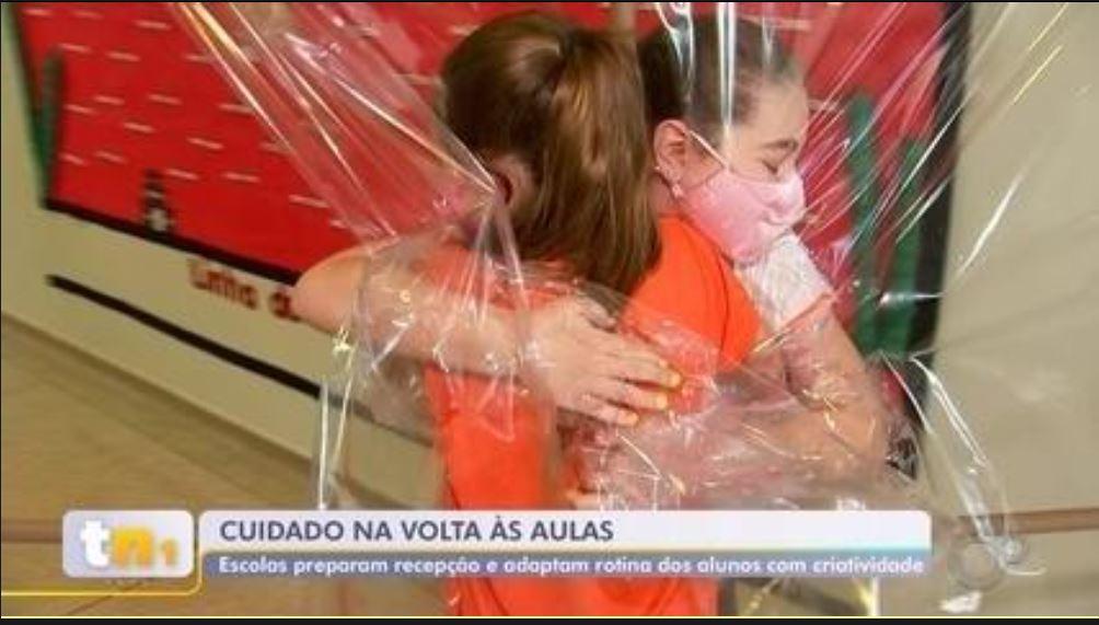 'Cabine do abraço' é destaque na TV TEM